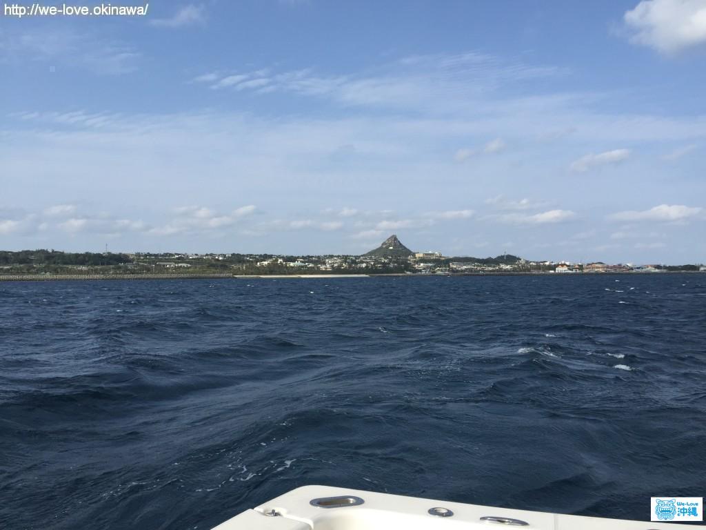 城山(ぐすくやま)を海から望む