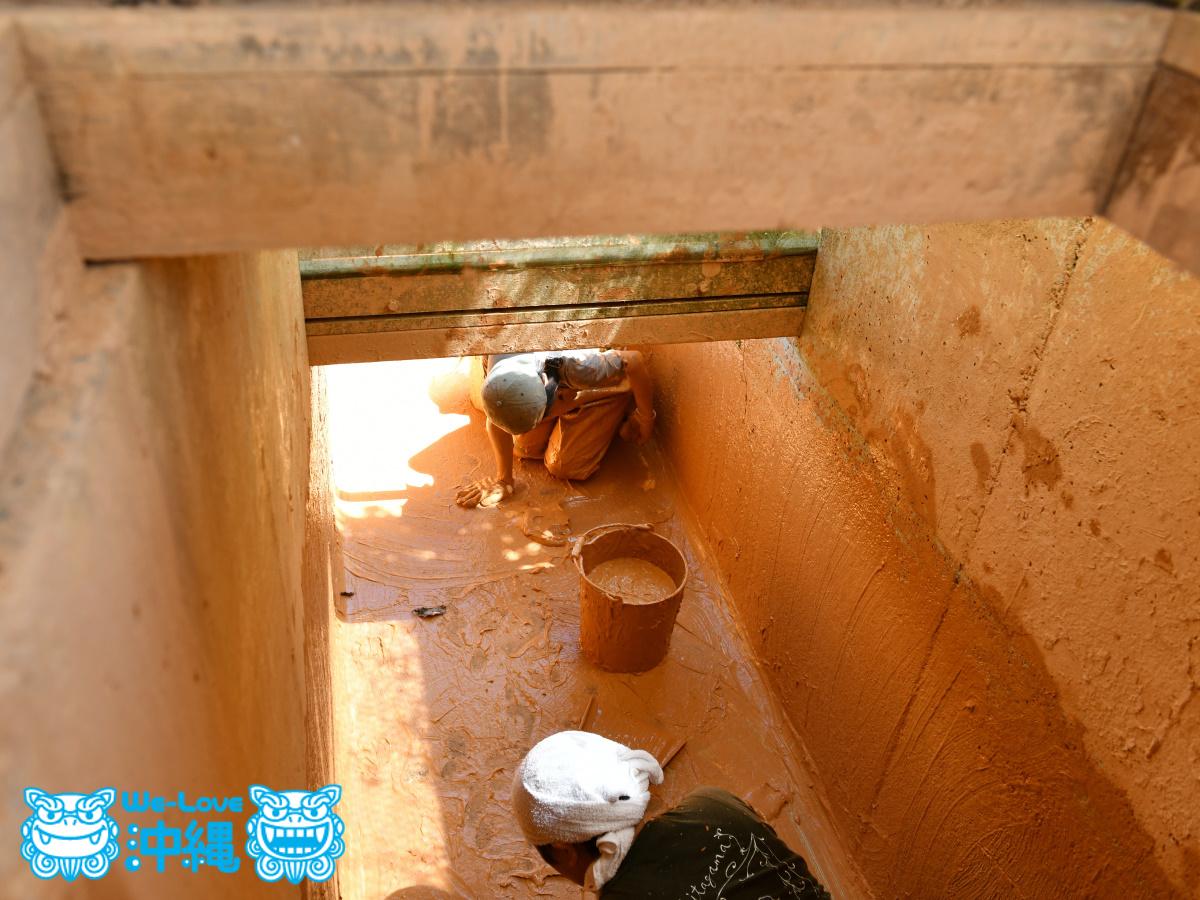 土をかき集める陶工たち