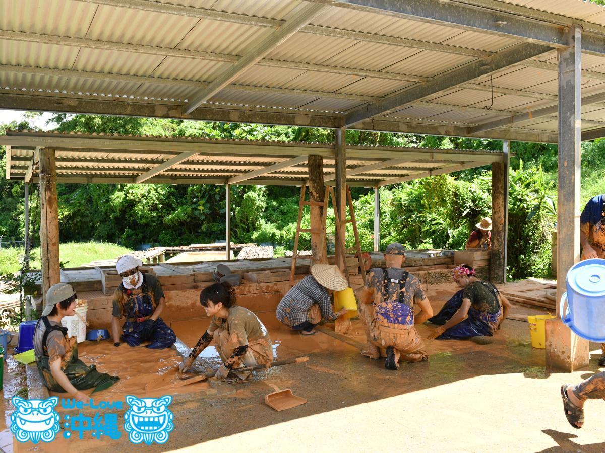 土出し道具の洗浄をする陶工たち