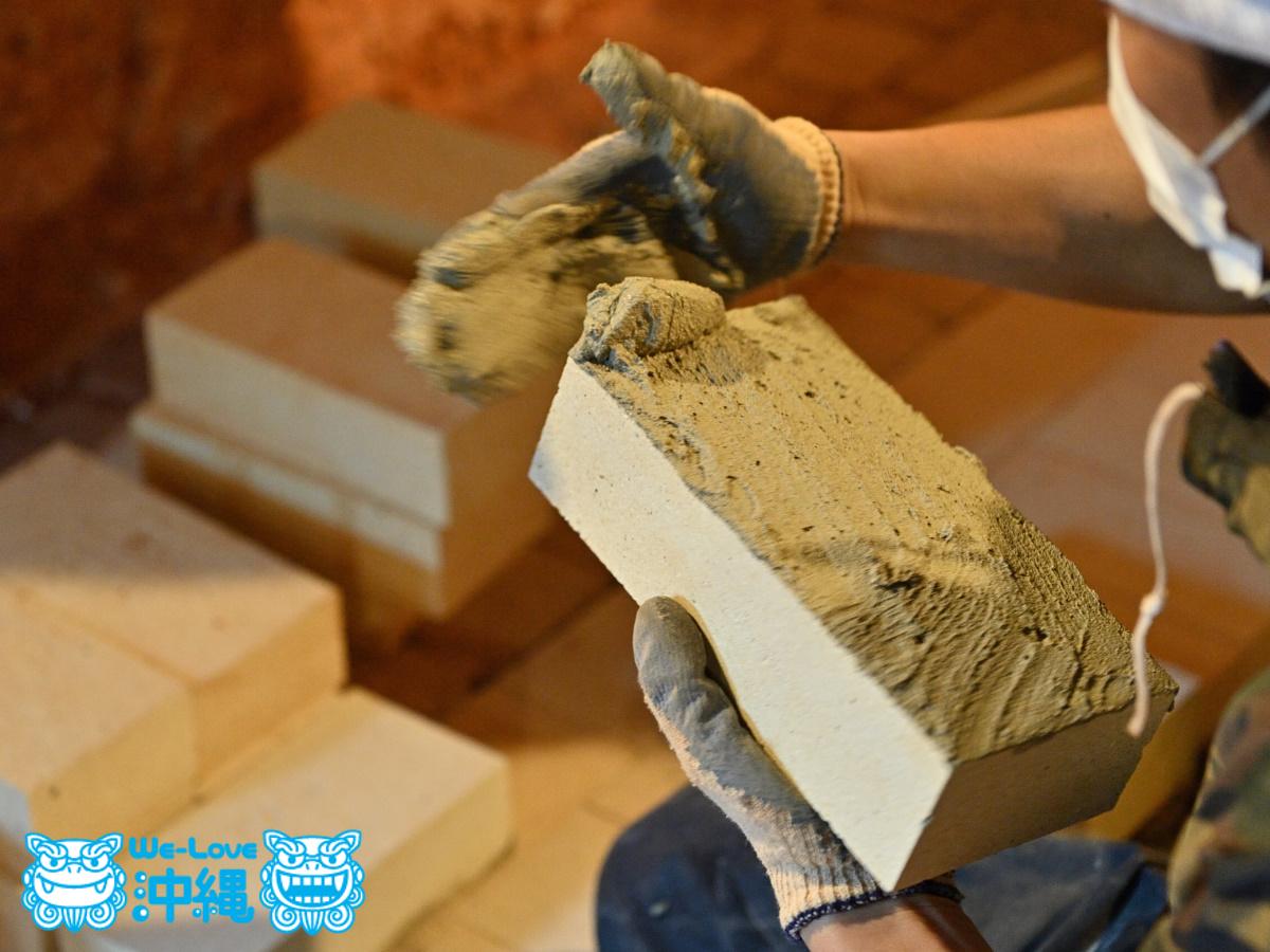 北窯壁作り_7_レンガどうしの接地面にモルタルを塗る