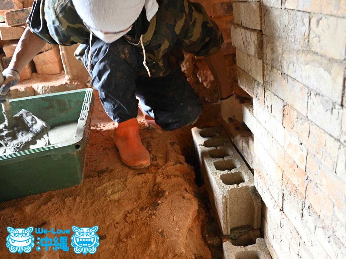 北窯壁作り_29_基礎にブロックを入れ、モルタルで固定