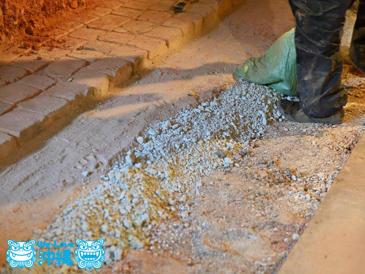 北窯基礎作り_39_硅石やメーガニクなどが敷き詰める