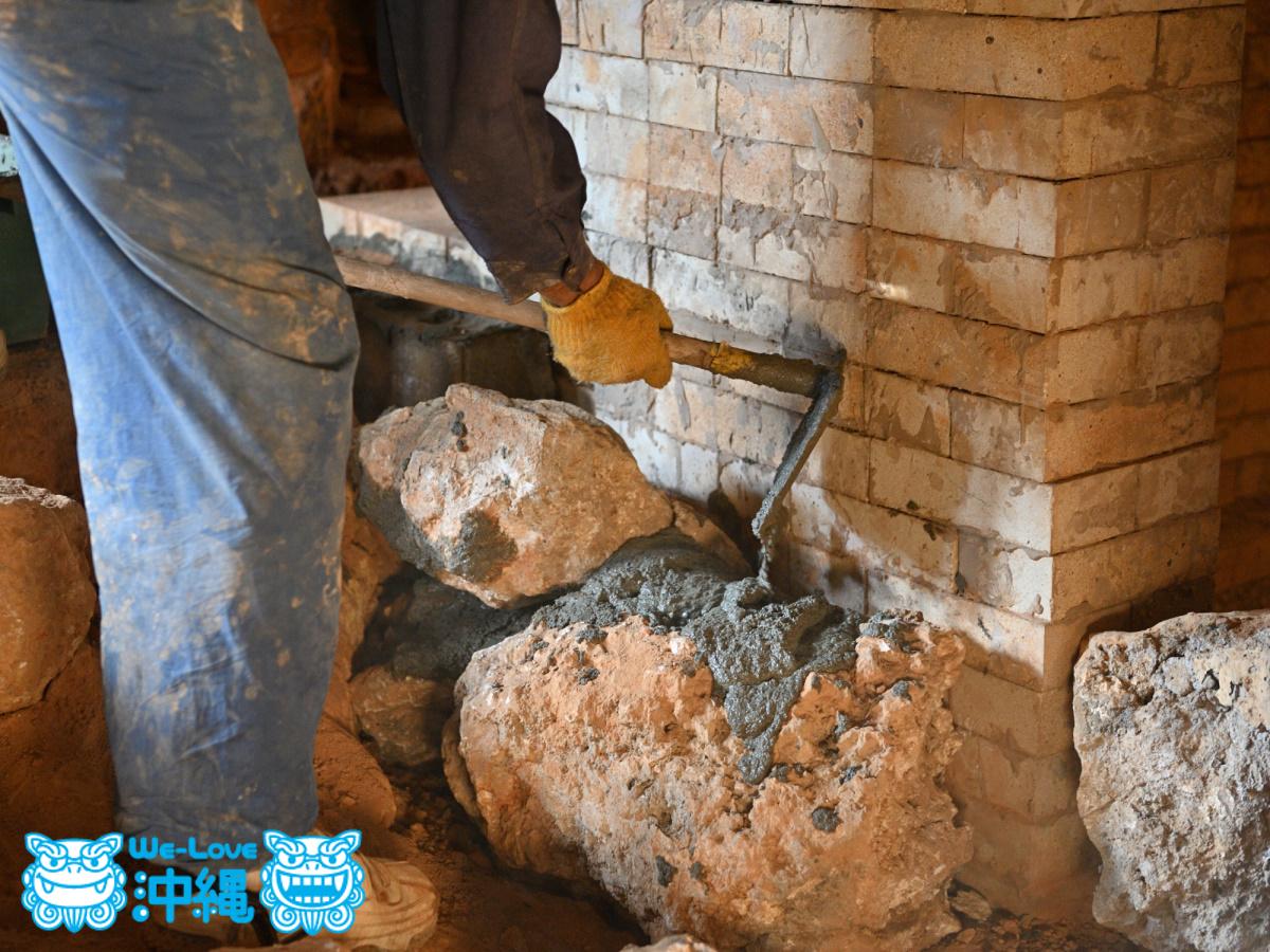 北窯壁作り_32_琉球石灰岩をモルタルで固定する
