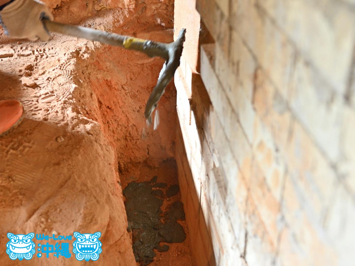 北窯壁作り_27_基礎にブロックを入れ、モルタルで固定