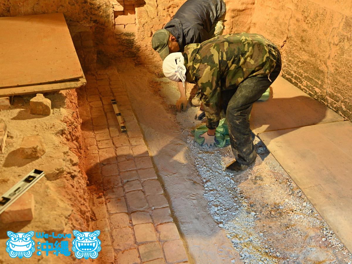北窯基礎作り_38_硅石やメーガニクなどが敷き詰める