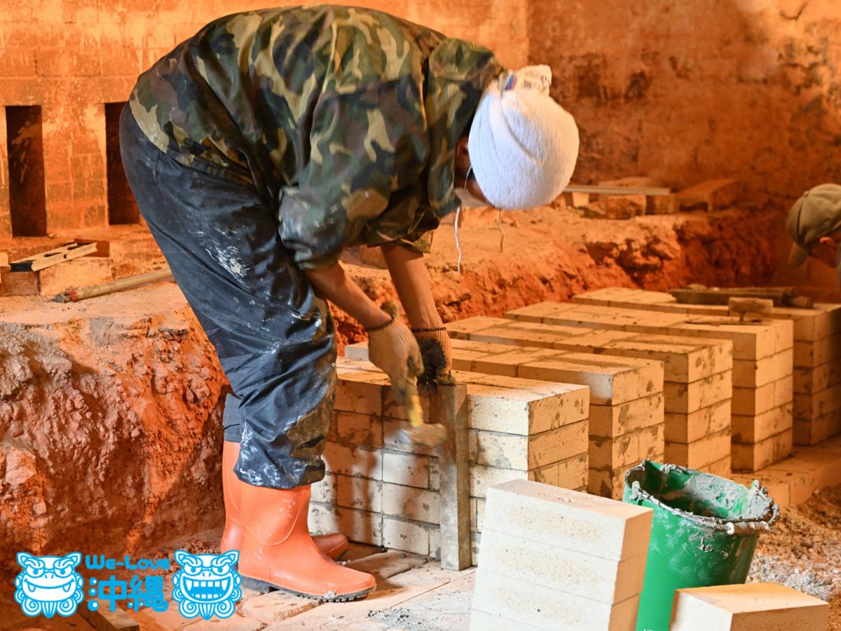 北窯壁作り_11_木材を当てて歪みや浮きを補正