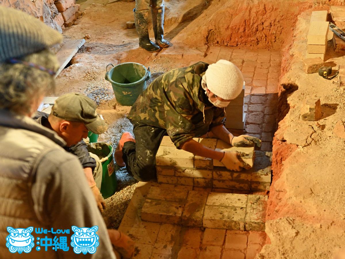 北窯壁作り_9_レンガどうしの接地面にモルタルを塗る
