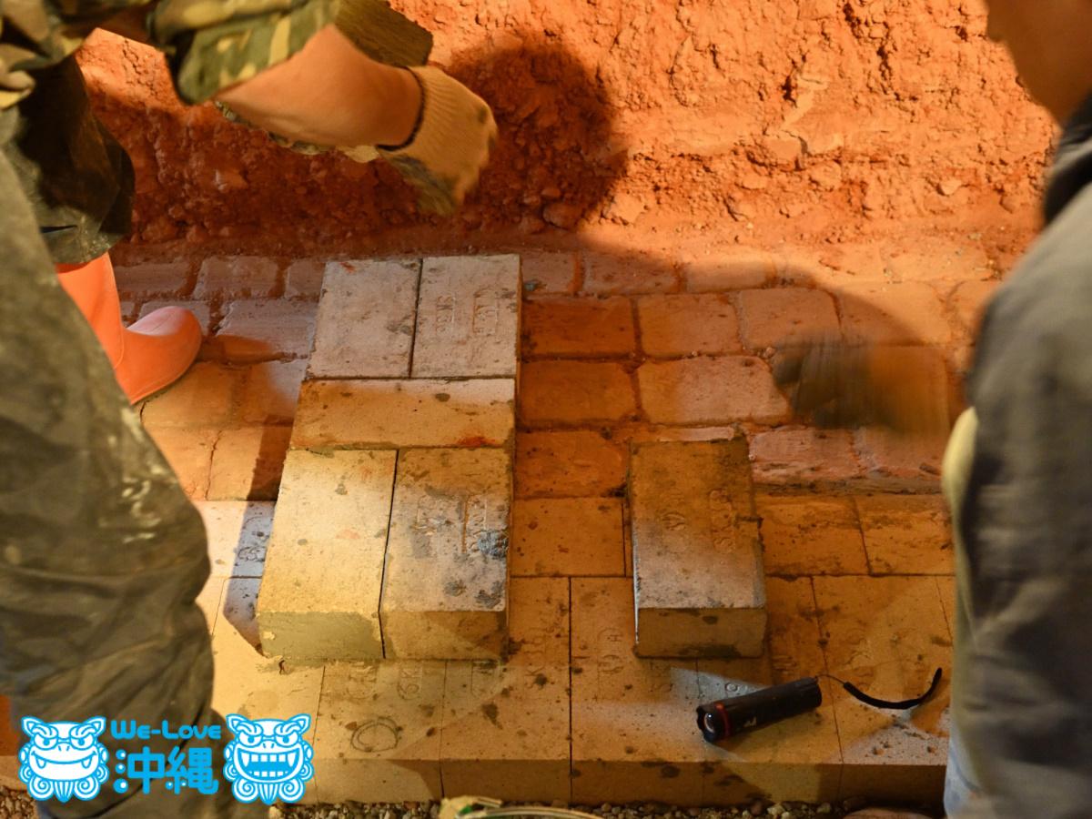 北窯壁作り_8_レンガどうしの接地面にモルタルを塗る