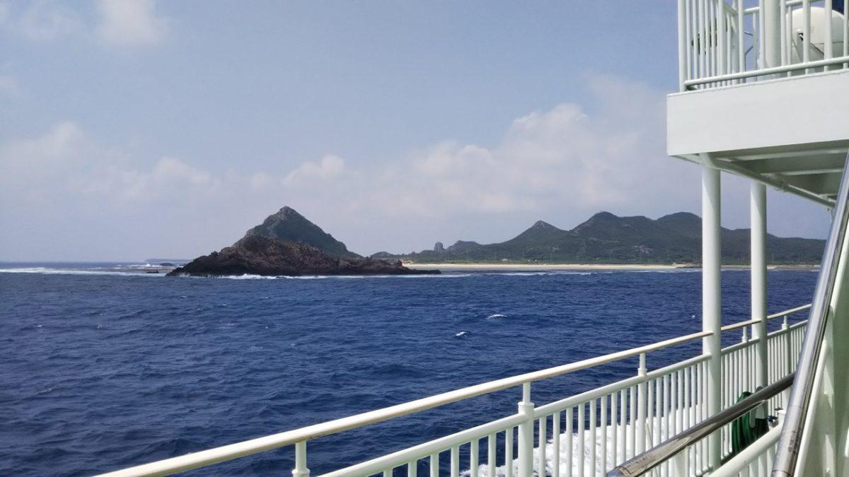 フェリーいぜな尚円から見える海の風景_ピラミッドのような三角の山