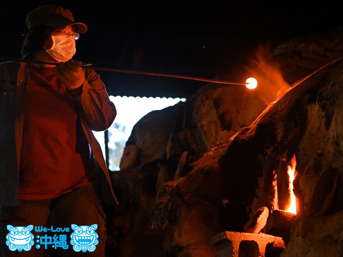 読谷山焼・北窯の登り窯とやちむん作り、イロミとよばれる穴を開ける作業