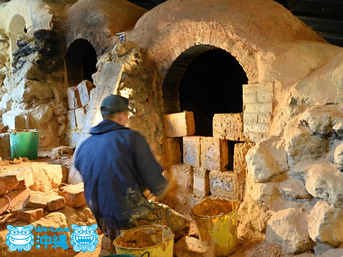 読谷山焼・北窯の登り窯とやちむん作り、「フチミ」と呼ばれる空焚き作業