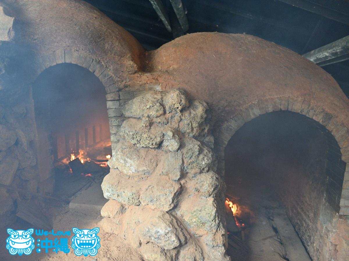 読谷山焼・北窯の登り窯とやちむん作り、窯の内部を弱火で燃やす作業アブリ