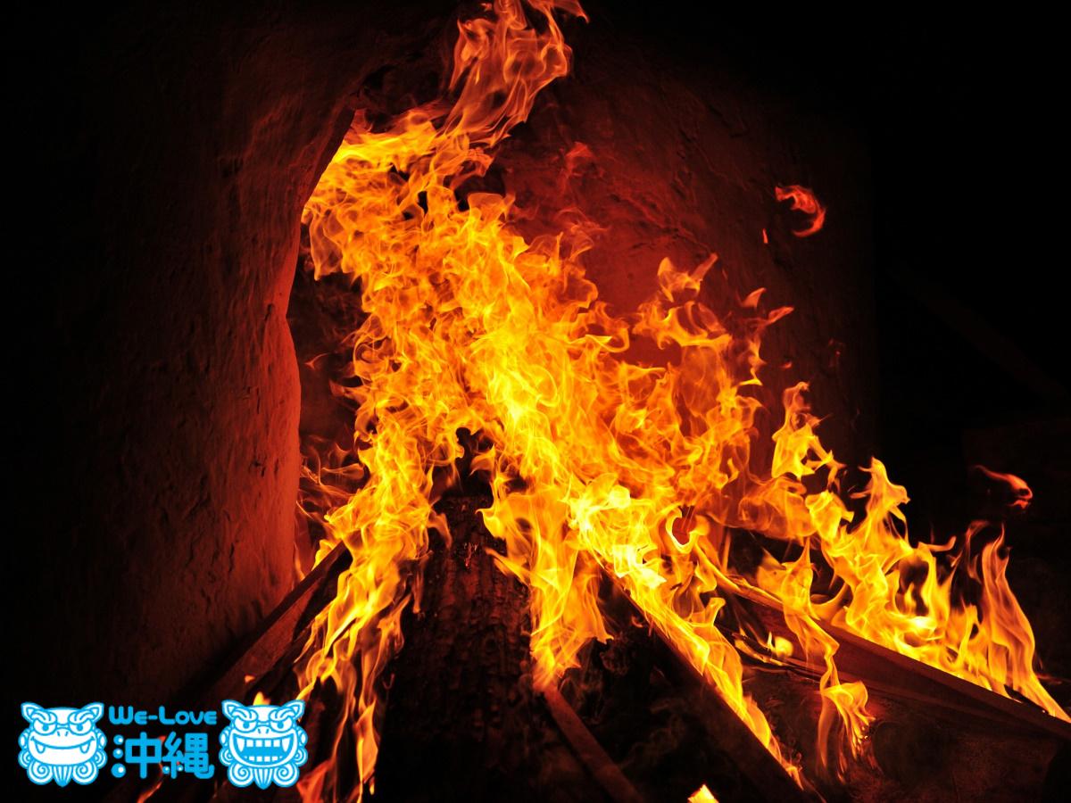 読谷山焼・北窯の登り窯とやちむん作り、窯焚き火入れ